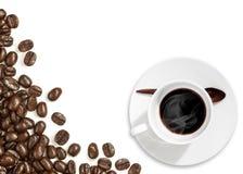 Kawowe fasole z filiżanką na bielu Obrazy Royalty Free