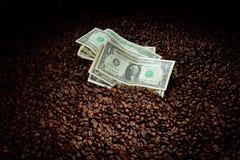Kawowe fasole z pieniądze Obrazy Royalty Free