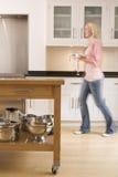 kawowe kuchennych kobieta chodząca gospodarstwa Obraz Stock