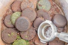 Kawowe ziemie i Portafilter rękojeść w drewnianych basenach Zdjęcia Stock