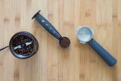 Kawowe ziemie w miarce z kawowym ostrzarzem Fotografia Royalty Free