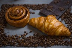 Kawowego croissant czekoladowy ?niadanie uk?ada? na szarego kamiennego t?a odg?rnym widoku Fotografia w niskiej ramie kawowe faso obrazy stock