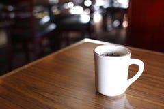 kawowego kubka stół Obrazy Royalty Free