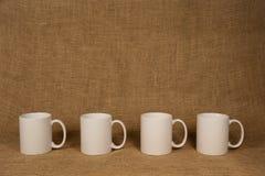 Kawowego kubka tło - biel kubki Zdjęcie Stock