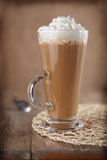 kawowej śmietanki latte wieśniaka styl batożący Zdjęcia Stock