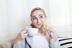 kawowej leżanki relaksująca kobieta Fotografia Royalty Free