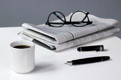 Kawowej przerwy biznes z Gazetowym piórem i szkłami zdjęcie royalty free