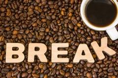 Kawowej przerwy fotografia Filiżanka z warzącą kawą otacza piec całych adra kawowym drzewem z słowo przerwą, robić 3D drewniany l Fotografia Royalty Free