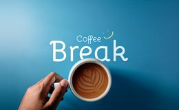 Kawowej przerwy pojęcie w pracie, spotkanie i życie, odgórny widok ręka obrazy royalty free
