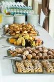 Kawowej przerwy stół na konwersatorium zasycha, owoc, napoje fotografia stock