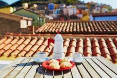 Kawowi i Włoscy cukierki z widokiem Bosa wioska, Sardinia, Włochy Fotografia Stock
