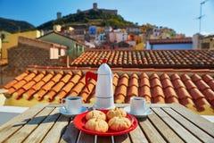 Kawowi i Włoscy cukierki z widokiem Bosa wioska, Sardinia, Włochy Obrazy Stock