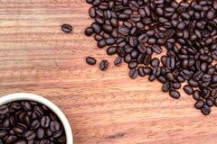 Kawowi kubki i kawowe fasole Zdjęcia Royalty Free