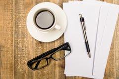 Kawowi szkła i papier zdjęcia royalty free
