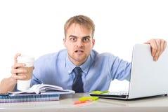 Kawowy ćpunu biznesmena mienie patrzeje z szalonymi oczami i śmiesznym twarzy wyrażeniem przepracowywającymi się bierze oddaloną  Fotografia Stock