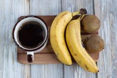 Kawowy banana i kiwi śniadanie Zdjęcia Royalty Free