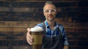 Kawowy barista mówi i oferuje filiżanka rozkaz cześć zbiory wideo