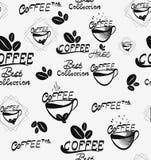 Kawowy bezszwowy wzór z brown filiżankami czekolada i śmietankowy cappuccino rozpraszający nad białym tłem warząca, gorąca, Zdjęcia Royalty Free
