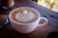 Kawowy biały filiżanka klasyk na drewno stole w moring czasie obraz royalty free