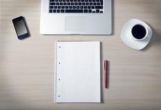 Kawowy biurka smartphone Obraz Royalty Free