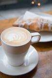 kawowy croissant Zdjęcia Royalty Free