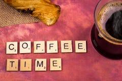 Kawowy czas - abecadło listów drewniani pojęcia Zdjęcia Royalty Free