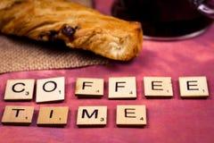 Kawowy czas - abecadło listów drewniani pojęcia Zdjęcia Stock