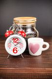 Kawowy czas, budzik z białą filiżanką i kawowa fasola, Obrazy Stock