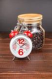 Kawowy czas, budzik z białą filiżanką wewnątrz i kawowa fasola, Obraz Royalty Free