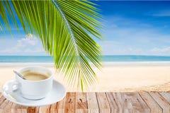 Kawowy czas na plaży Zdjęcia Royalty Free