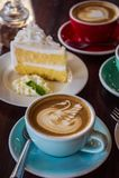 Kawowy czas w drewnianej stołowej kawiarni, napój kawie i smakowitym torcie, Obrazy Royalty Free