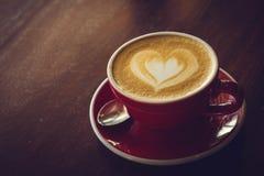 Kawowy czas w drewnianej stołowej kawiarni, napój kawie i smakowitym torcie, Obraz Stock