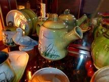 Kawowy garnek Domowy tableware w Rosyjskim tradycyjnym stylu zbliżenie Rosyjski ludowy rzemiosło ceramika obrazy royalty free
