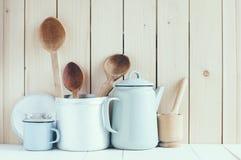 Kawowy garnek, emalia kubki i nieociosane łyżki, Obraz Royalty Free