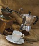 Kawowy garnek, filiżanka i kawowy ostrzarz, Fotografia Stock