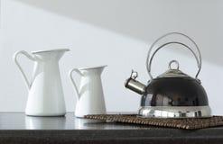 Kawowy garnek i dwa teapots na stole zdjęcia royalty free