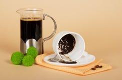 Kawowy garnek wywrócona filiżanka, groszkuje Obraz Stock