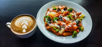 Kawowy i smakowity makaron na stole w restauracji obraz stock