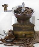 Kawowy i staromodny kawowy ostrzarz Fotografia Stock