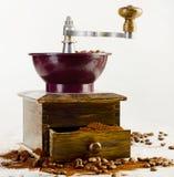 Kawowy i staromodny kawowy ostrzarz Zdjęcia Royalty Free