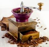 Kawowy i staromodny kawowy ostrzarz Zdjęcie Stock