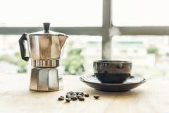Kawowy kapinos od dekatyzacja filtra kapinosa stylu na stole Gor?ca kawa w fili?ankach na drewnianej tacy Kawowe fasole na stole  zdjęcia royalty free