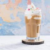 Kawowy koktajl i macaroons Zdjęcie Royalty Free
