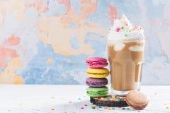 Kawowy koktajl i macaroons Zdjęcie Stock
