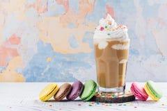 Kawowy koktajl i macaroons Obrazy Royalty Free