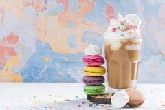 Kawowy koktajl i macaroons Zdjęcia Stock