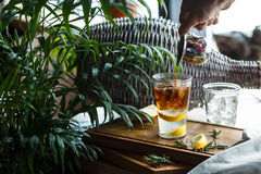 Kawowy koktajl z cytryną i toniką Z ręki dolewania kawą Zdjęcie Stock