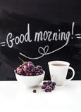 Kawowy kubek i świeży winogrono na stole Obrazy Stock