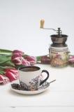 Kawowy kubek, kawowy ostrzarz i tulipany wakacje, Zdjęcia Stock