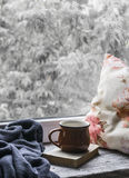 Kawowy kubek, książka, poduszki i szkocka krata na lekkiej drewnianej powierzchni przeciw okno z deszczowego dnia widokiem, ilust Obraz Royalty Free